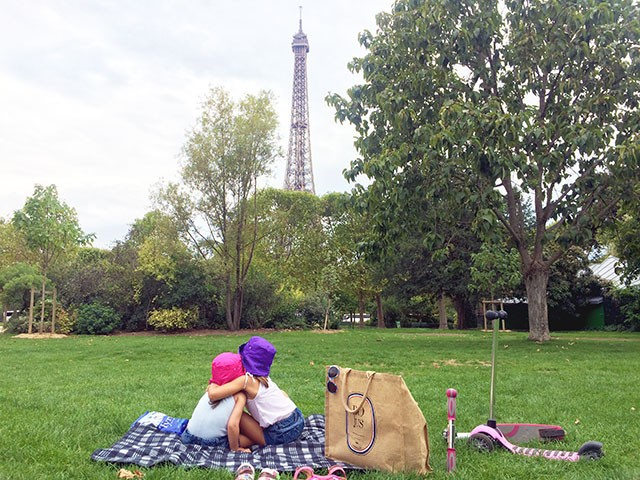 girls-picnic-EiffelTower
