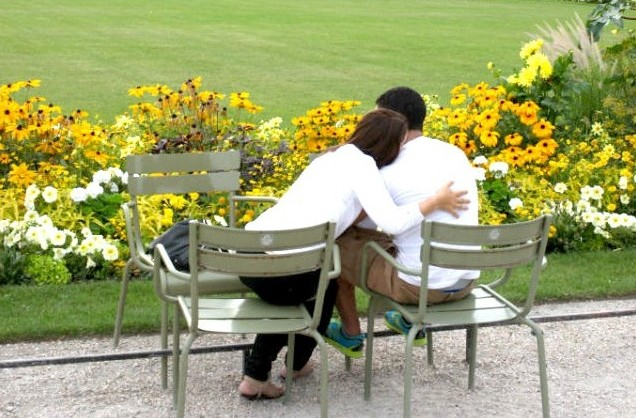Dating in Paris: lovers in a park. © Alexis Duclos