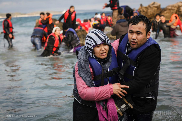 Newly arrived refugees struggle to make it ashore in Greece © UNHCR/Achilleas Zavallis