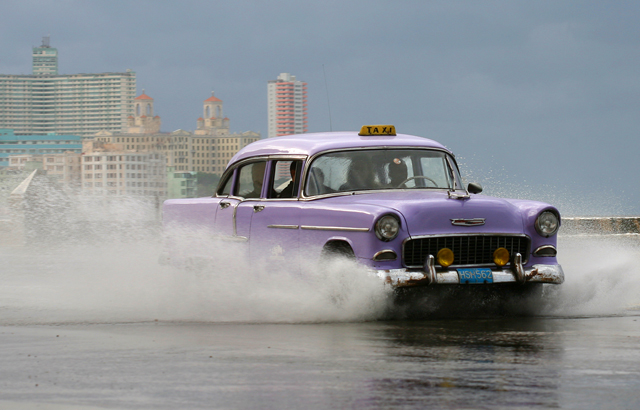 American vintage cars serve as private taxis in Cuba © Alexis Duclos
