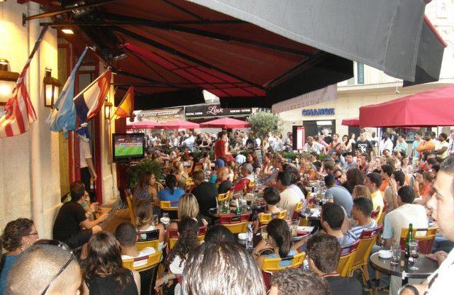 Café Rive Droite football fans