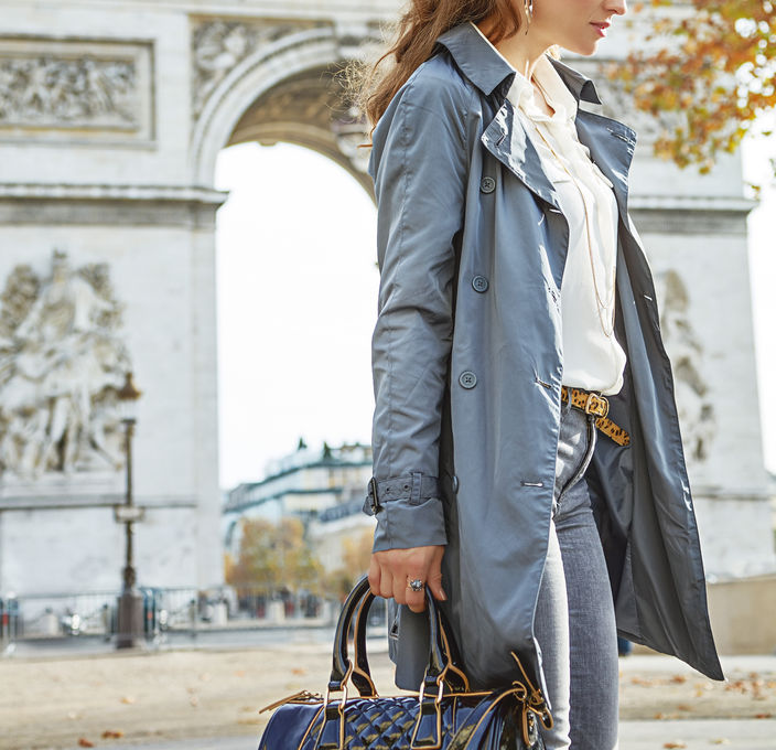 Working woman in front of Arc de Triomphe.